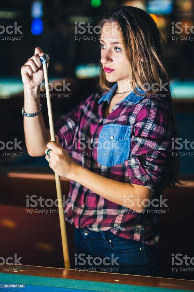 Young woman chalking pool stick - fotografia de stock