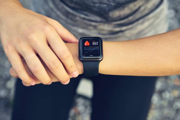 年輕女子檢查運動手錶測量心率和運行後的表現。 - 健康的生活方式 個照片及圖片檔