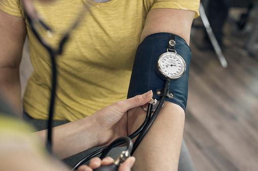Eine Junge Frau Überprüft Blutdruck In The Gym Stockfoto und mehr Bilder von 25-29 Jahre