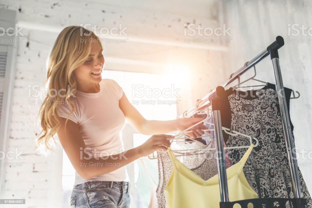 Joven mujer elegir la ropa foto de stock libre de derechos