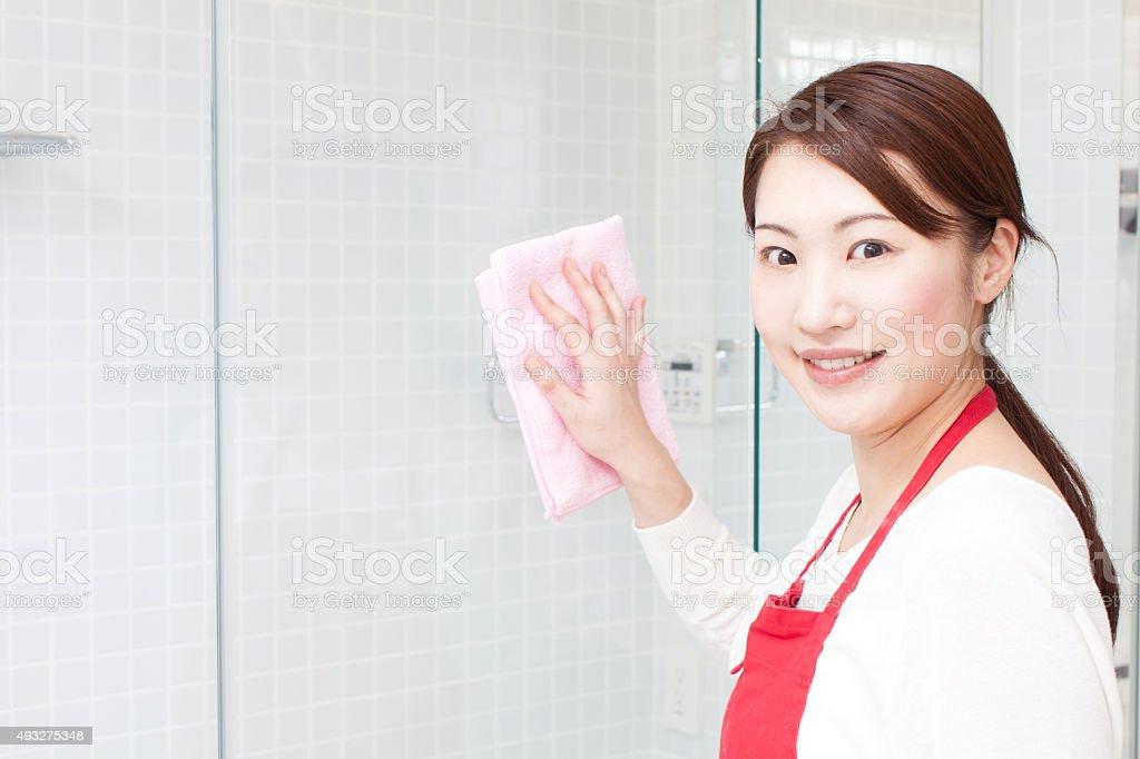 Jeune femme nettoyage verre - Photo