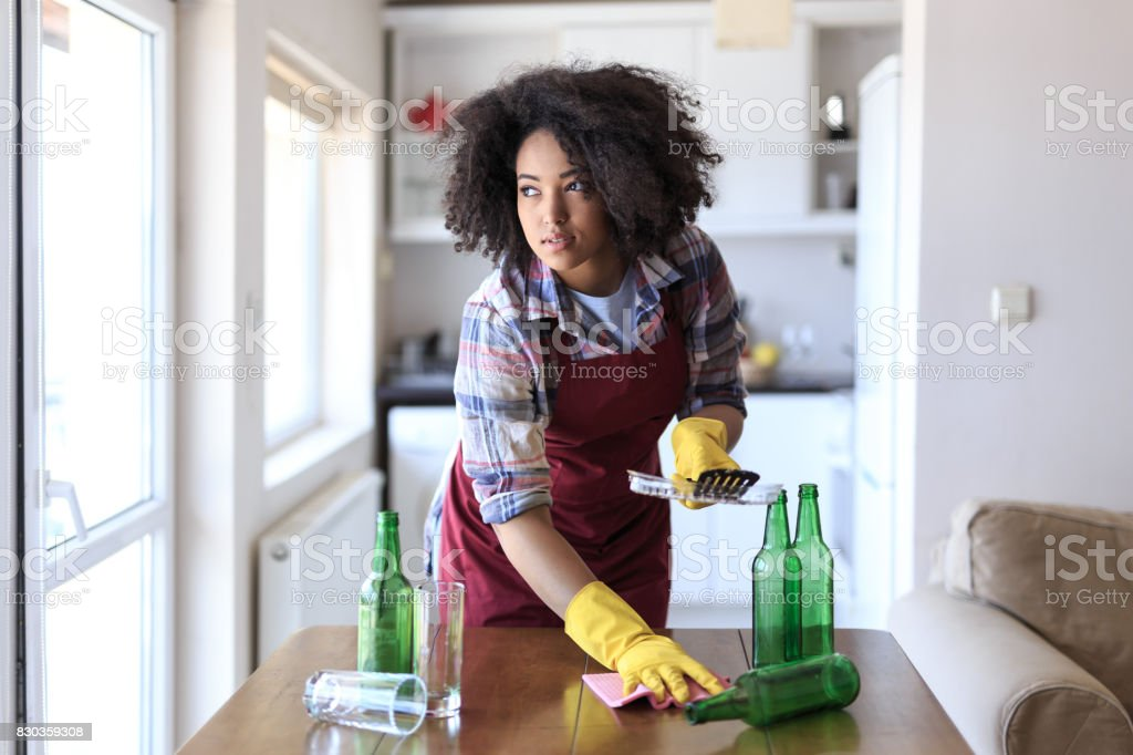 Jeune femme nettoyage cuisine - Photo