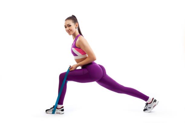 Genç bir kadın antrenör egzersizleri yapıyor stok fotoğrafı