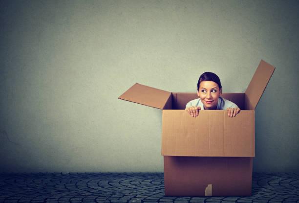 jonge vrouw uit een doos voortvloeiende - claustrofobie stockfoto's en -beelden