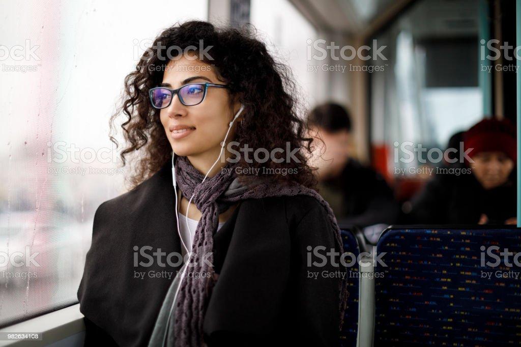 Junge Frau mit den öffentlichen Verkehrsmitteln pendeln – Foto