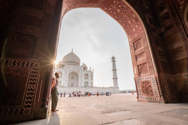 Junge Frau beim Betrachten des berühmten Taj Mahal bei Sonnenuntergang – Foto
