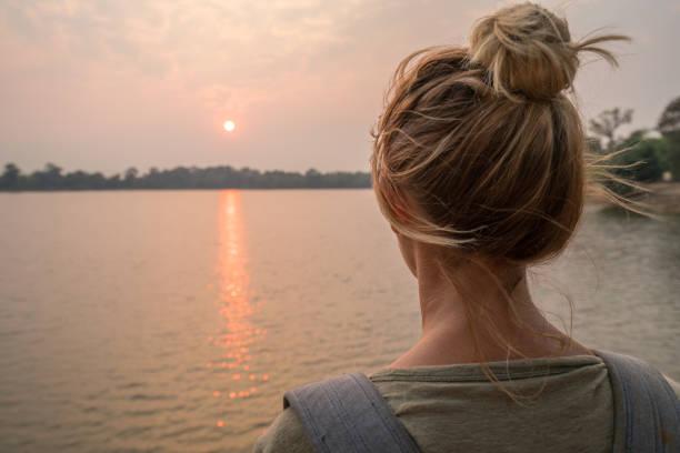 Junge Frau, die Betrachtung der Blick bei Sonnenuntergang vom See in Kambodscha – Foto