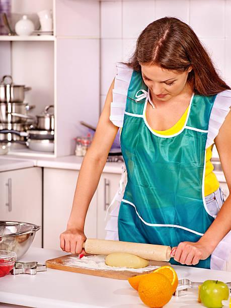 junge frau in der küche kochen - frucht pizza cookies stock-fotos und bilder