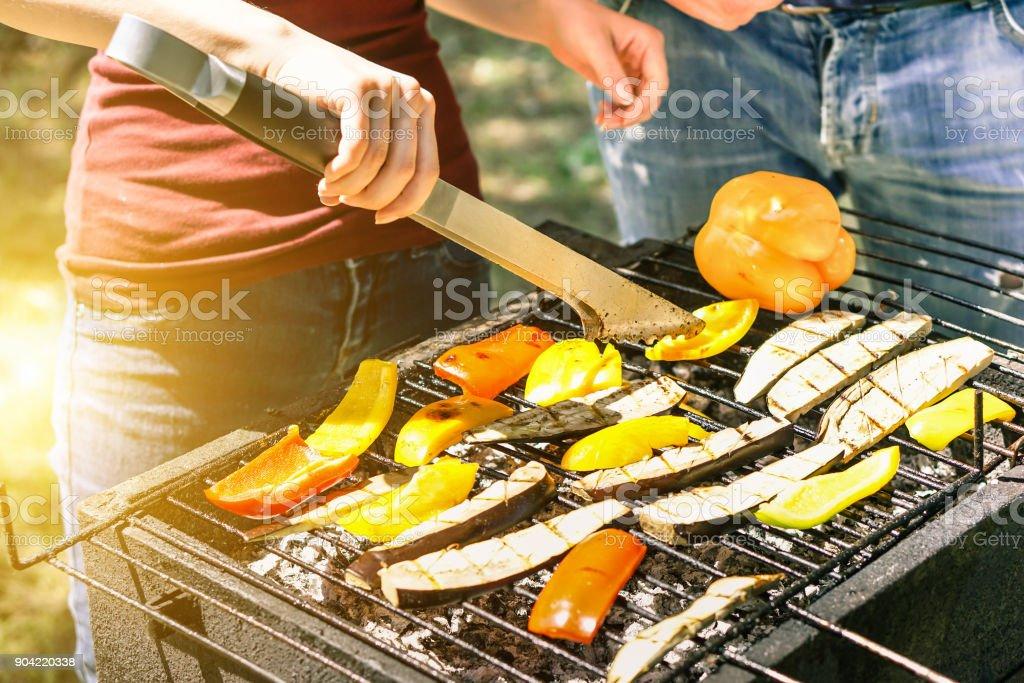 Junge Frau, die kochen Gemüse für vegetarische Grillabend im freien - paar Grillen Paprika und Auberginen für Bbq - Vegan und gesunden Lifestyle-Konzept - Soft Fokus auf unteren Grillzange – Foto