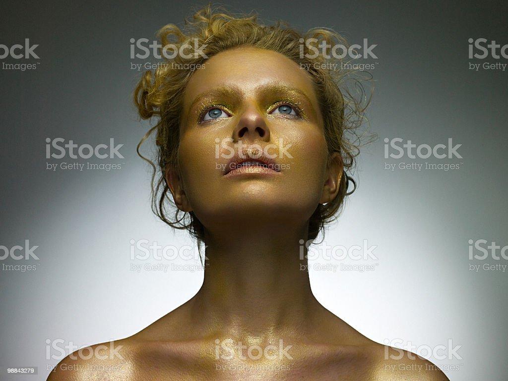 Jovem mulher coberta em ouro Dobrar foto de stock royalty-free