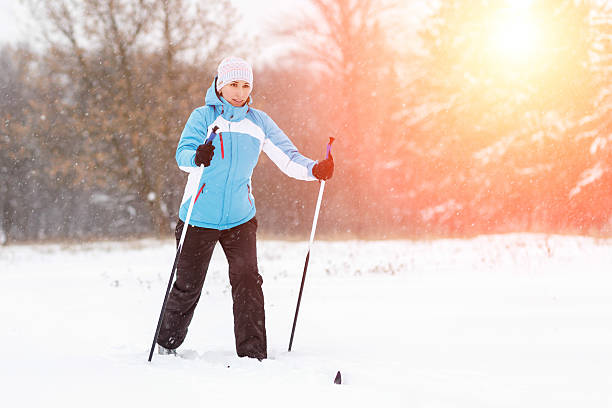 Young woman cross-country skiing in winter park – Foto