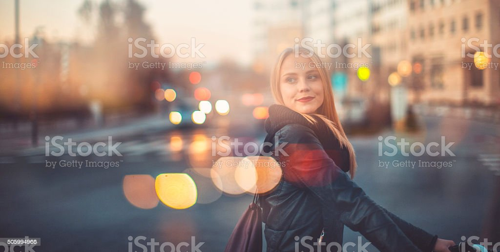 Jeune femme traversant la rue avec vélo - Photo de Adulte libre de droits