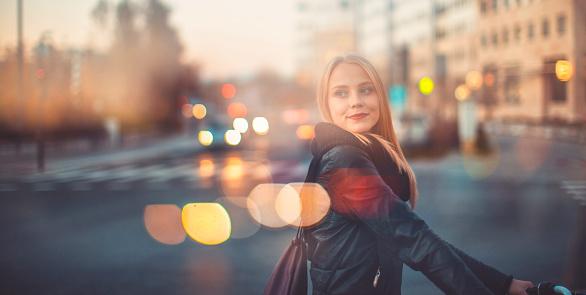 Photo libre de droit de Jeune Femme Traversant La Rue Avec Vélo banque d'images et plus d'images libres de droit de Adulte