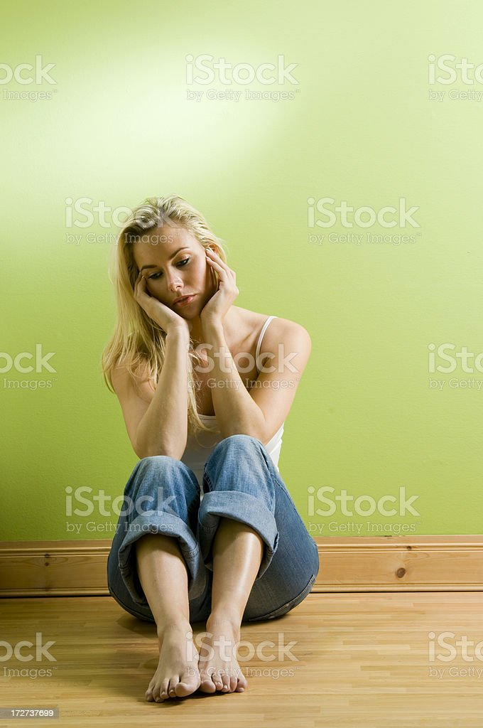 Jeune femme de tristesse Recroquevillé - Photo