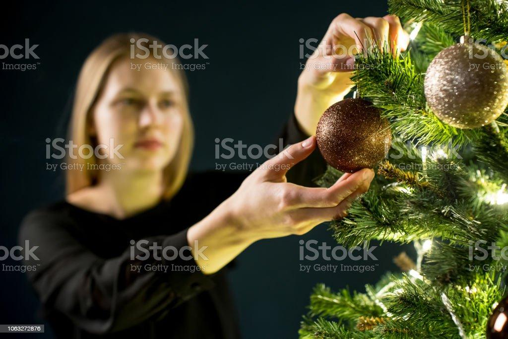 Wer Schmückt Den Weihnachtsbaum.Junge Frau Schmückt Den Weihnachtsbaum Fichte Mit Dekorationen