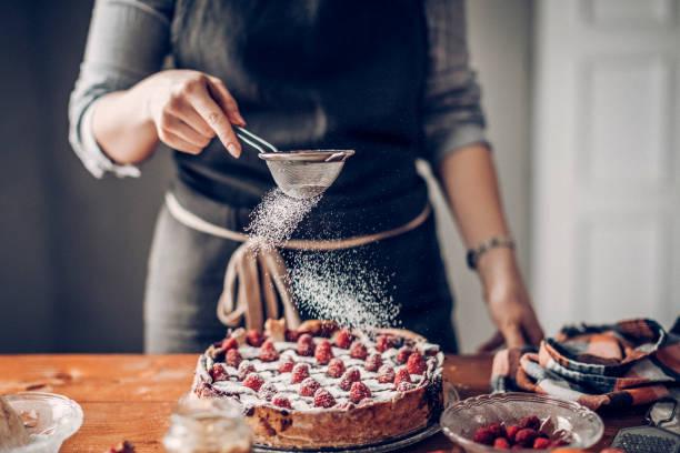Junge Frau Kuchen dekorieren – Foto