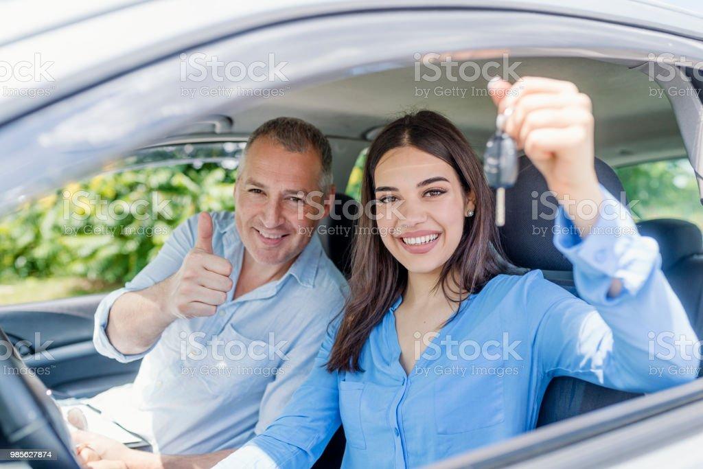 Joven complace a pasar su examen de conducir - foto de stock