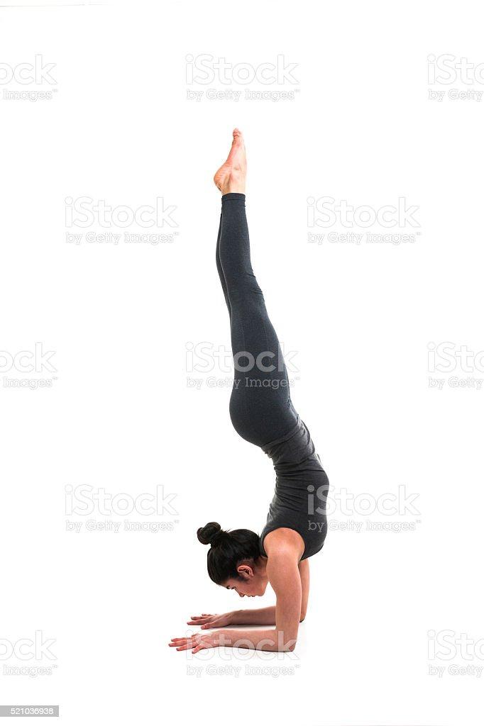 Junge Frau Zeigt Unterarm Stehen Yogapose Stock-Fotografie und mehr ...