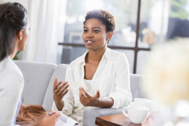 Junge Frau bespricht Probleme mit weiblichen Therapeuten – Foto