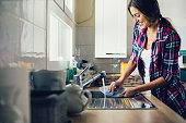 若い女性料理の洗浄