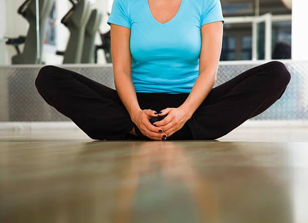 Junge Frau, die Stretching-Übung eine Leiste – Foto