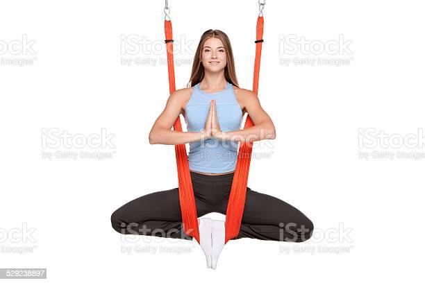Mujer Joven Haciendo Yoga Gravedad Antivista Aérea Foto de stock y más banco de imágenes de Actividad