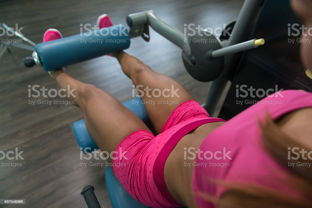Young Woman Doing Exercise For Legs On Machin - foto de stock