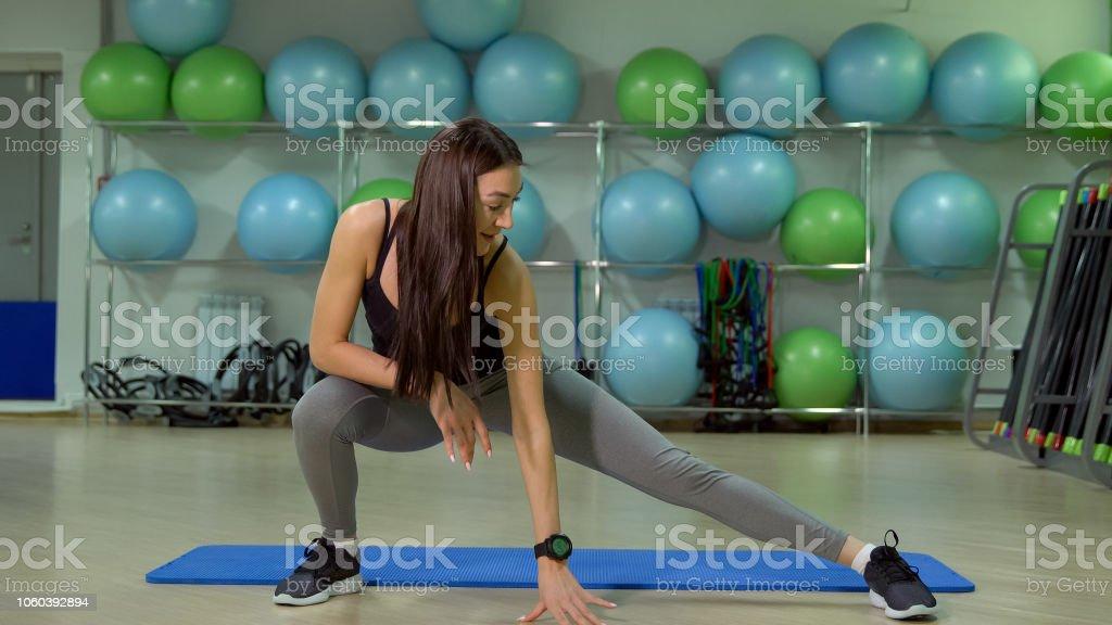 Junge Frau Übungen auf das Gesäß. Das Konzept eines gesunden Lebensstils – Foto