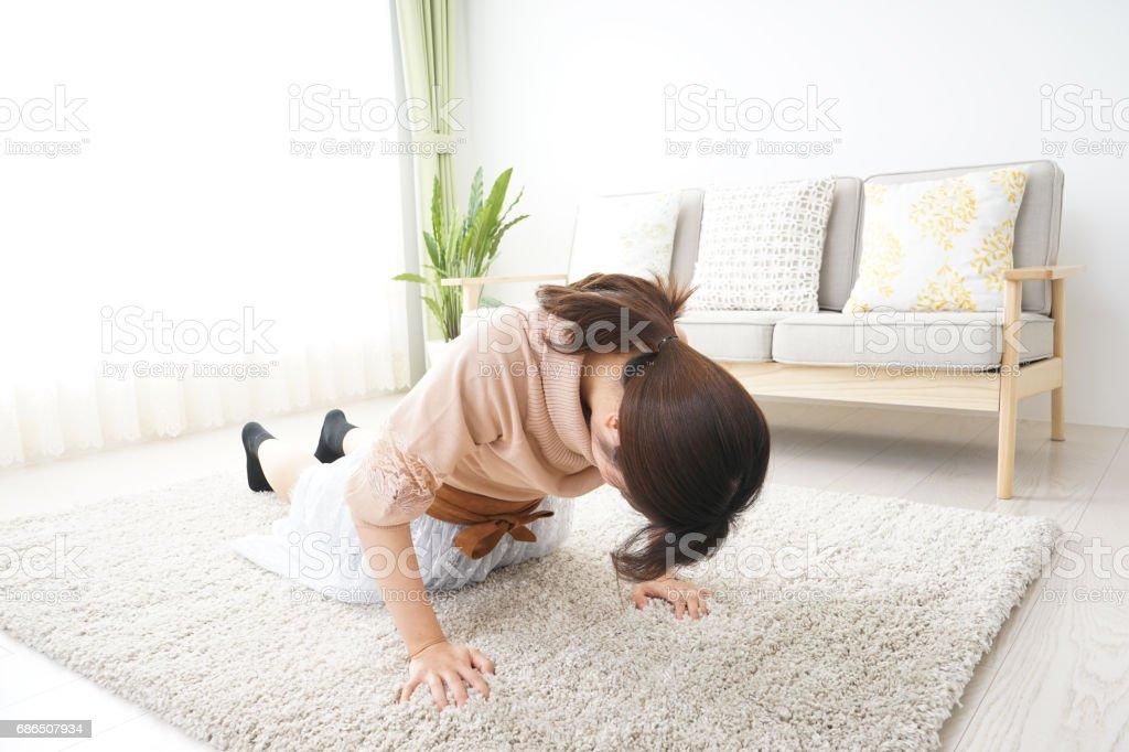 Jonge vrouw doen thuis oefenen royalty free stockfoto
