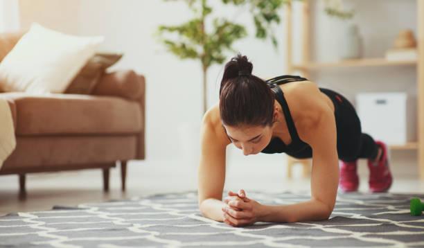Junge Frau, die Fitness und Sport zu Hause macht – Foto