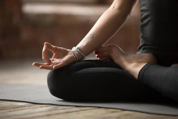 junge frau lotus sport mudra-geste hautnah - buddhist tattoos stock-fotos und bilder
