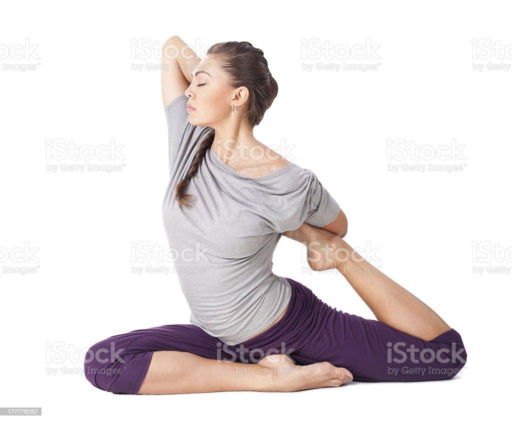 Joven mujer haciendo yoga asana una patas pigeon aislado con cama king - Foto de stock de Actividades y técnicas de relajación libre de derechos