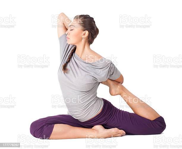 Joven Mujer Haciendo Yoga Asana Una Patas Pigeon Aislado Con Cama King Foto de stock y más banco de imágenes de Actividades y técnicas de relajación