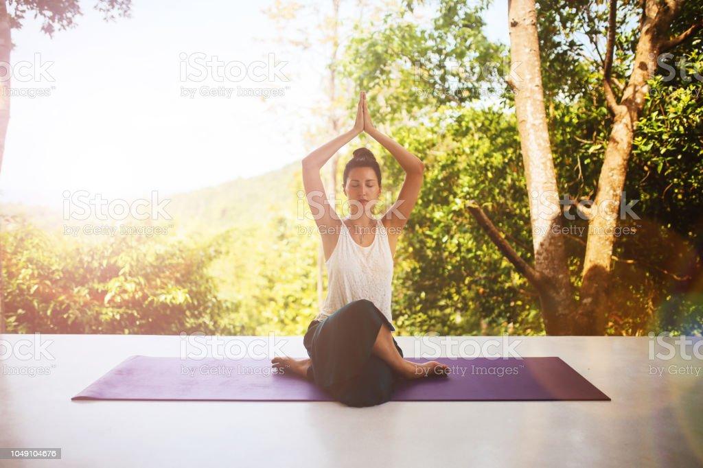 Mujer Joven Haciendo Ejercicios De Yoga En Su Terraza En