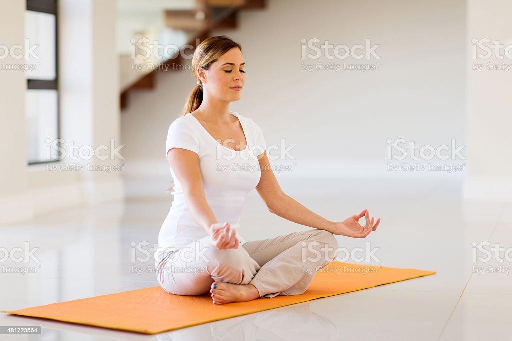 Jeune femme faisant yoga exercices - Photo