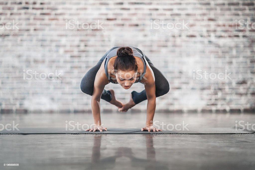 Junge Frau tun Yoga-Meditation und Stretching-Übungen – Foto