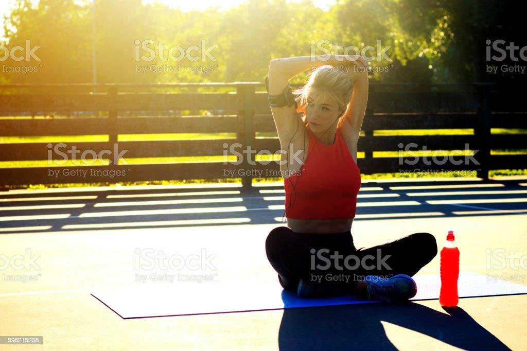 Jovem mulher fazendo exercícios de ioga, meditação e alongamento foto royalty-free