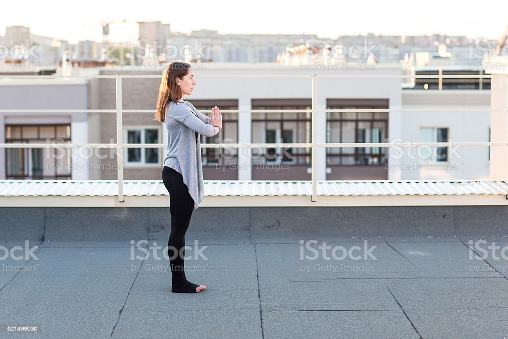 Young woman doing yoga on the roof photo libre de droits