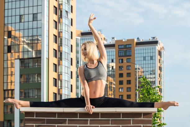 Junge Frau beim Yoga im Freien gedreht – Foto