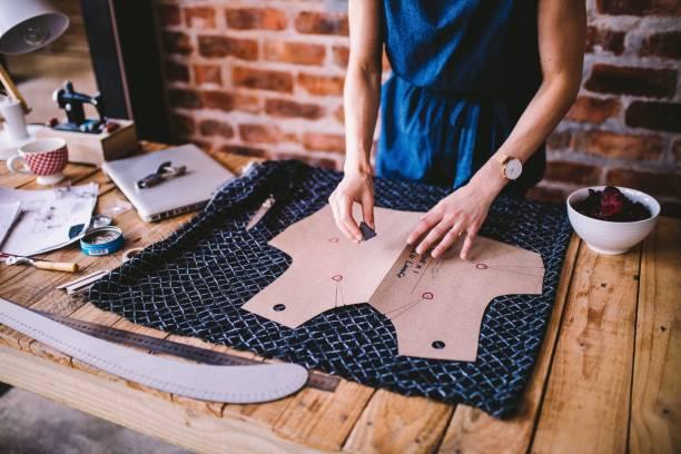 young woman drawing template for dress design - przemysł włókienniczy zdjęcia i obrazy z banku zdjęć