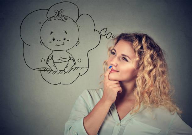 junge frau träumen eines babys - zukunftswünsche stock-fotos und bilder