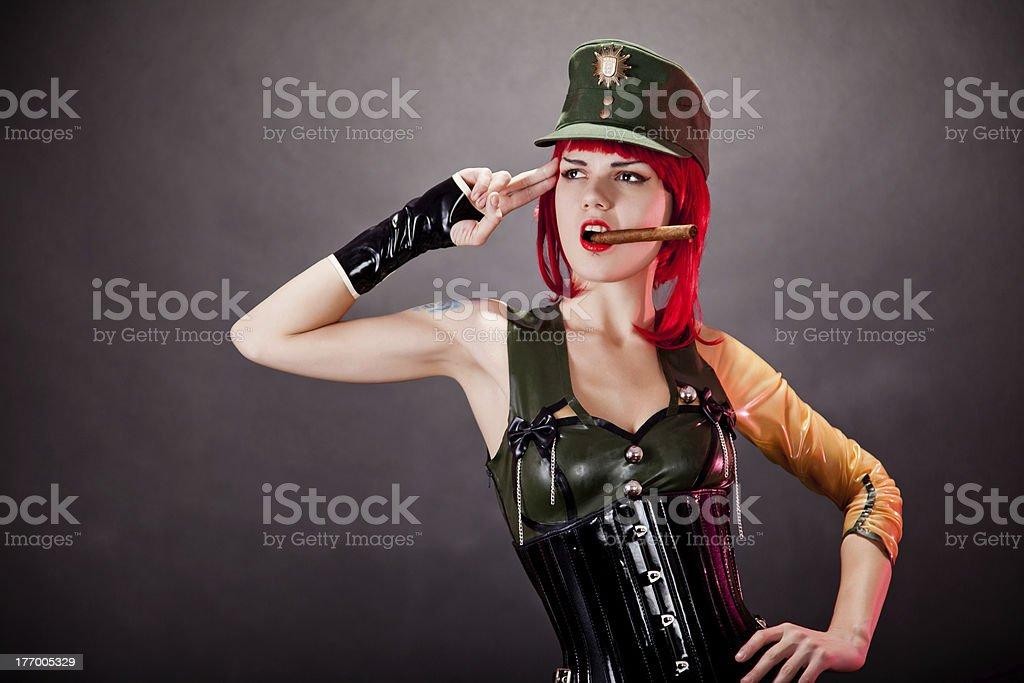 64b0c809e Foto de Jovem Mulher Vestida Em Estilo Militar Em Látex e mais fotos ...