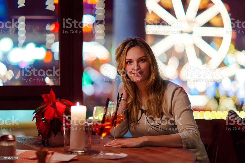Młoda kobieta drining koktajl w restauracji zbiór zdjęć royalty-free