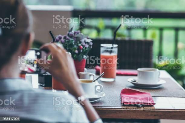 Młoda Kobieta Pije Kawę Rano Z Widokiem Na Dżunglę Podczas Luksusowych Wakacji Na Wyspie Bali - zdjęcia stockowe i więcej obrazów Bali