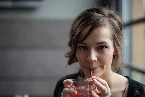 Junge Frau trinkt ein Shirley Temple – Foto