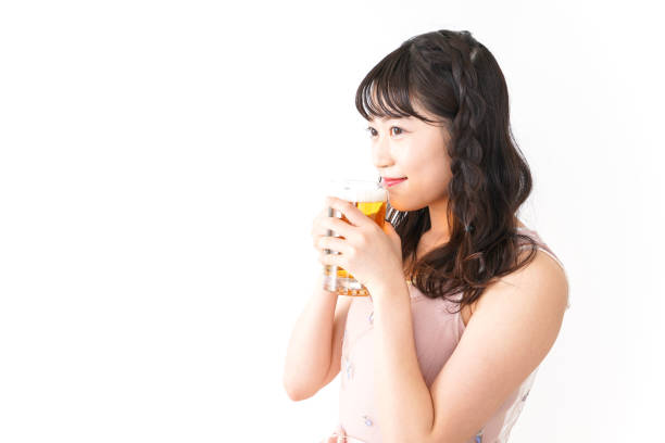ビールを飲む若い女性 ストックフォト