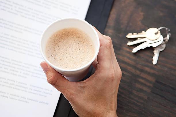 Junge Frau trinkt Kaffee von Wegwerfbecher bei der Arbeit. – Foto