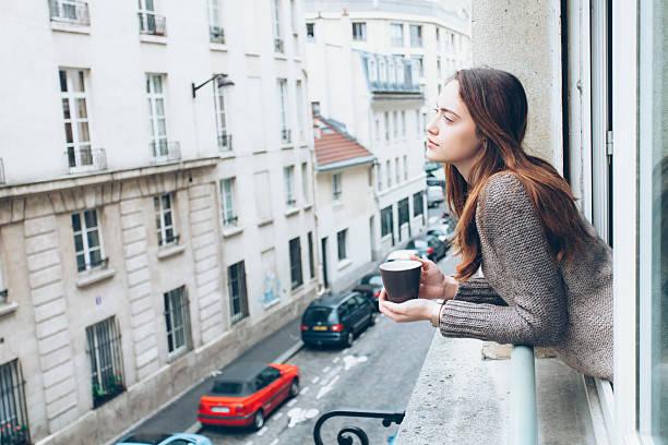 jeune femme buvant un café - tasse flat photos et images de collection