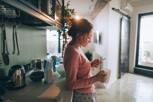 jeune femme buvant du café de matin première - tasse flat photos et images de collection