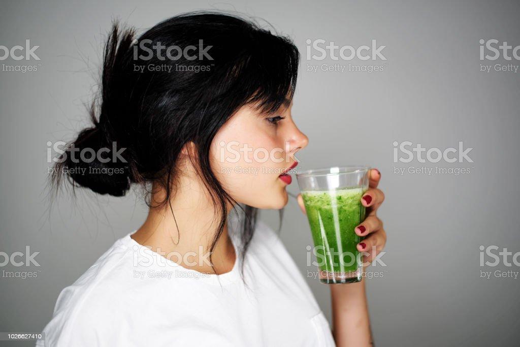 若い女性の飲酒の健康的なデトックス ストックフォト